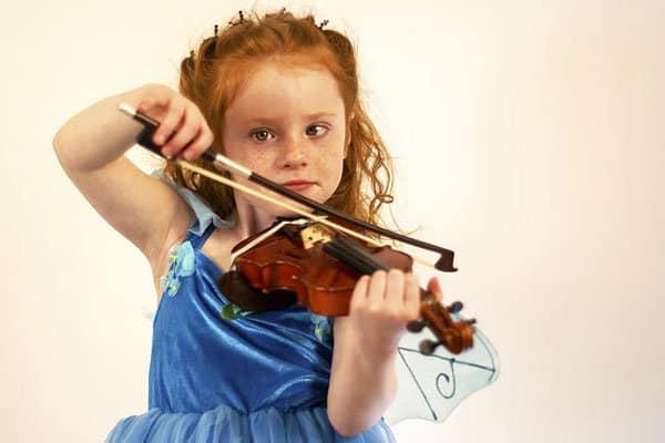 kind speelt op de viool